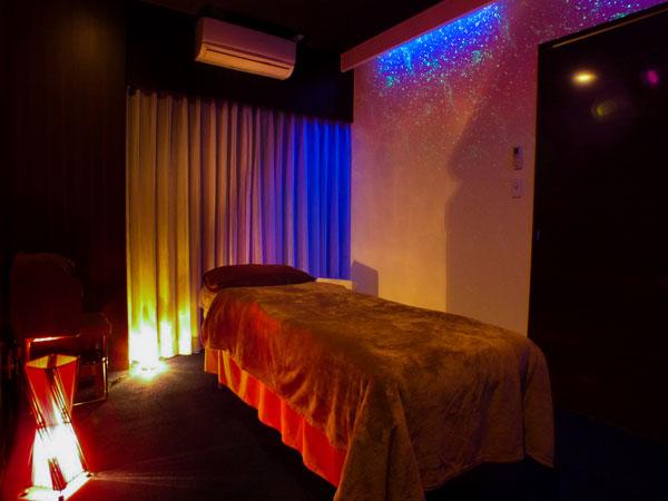 プラネタリウムのようなお部屋です。ブルーの光がとっても癒されます。