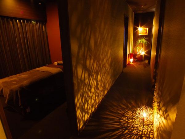 お部屋にご案内するまでの廊下は、落ち着いた雰囲気になっております。