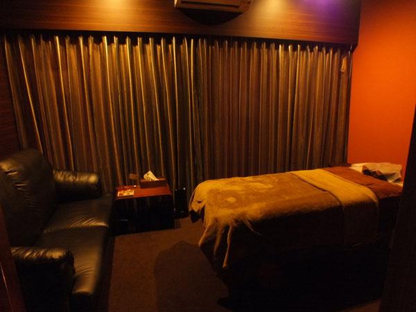 少し広めのシックなお部屋です。全体的に木目調で、少しホテルのような雰囲気です。