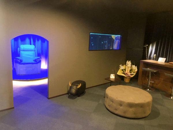 ブルーの空間と水槽が癒されます。